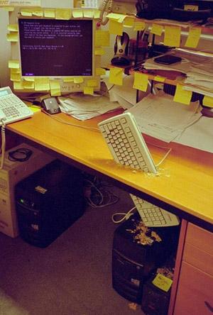 Clavier incrusté dans la planche du bureau